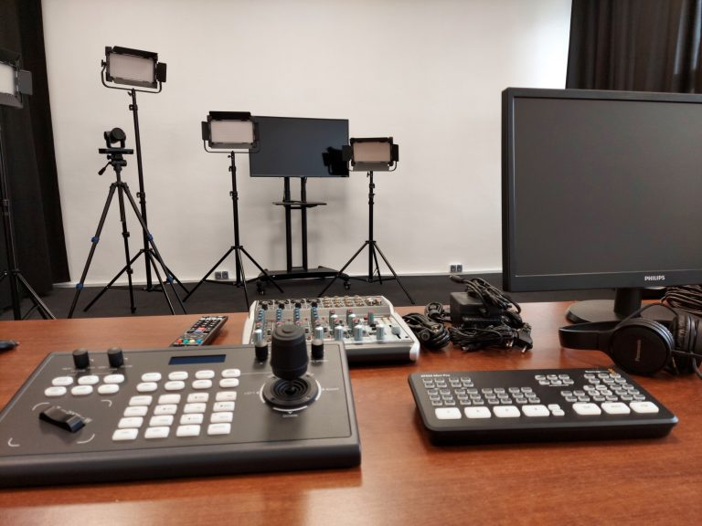 Sprzęt wideo - kamery, oświetlenie, miksery w budowanym studio do transmisji w Liceum Banacha w Chorzowie